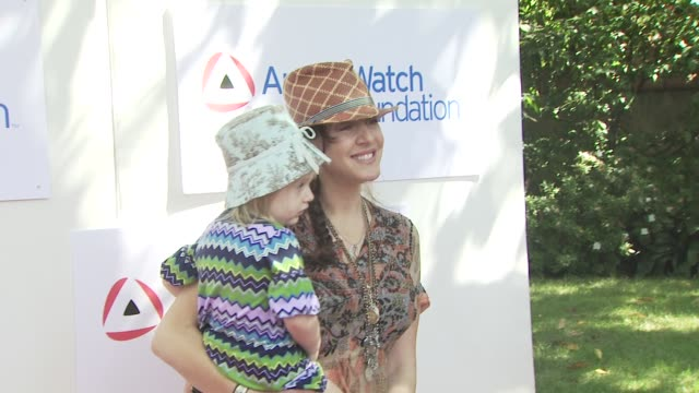 vídeos de stock e filmes b-roll de joely fisher at the amberwatch foundation youth coalition's firstever fun fair at los angeles ca - joely fisher