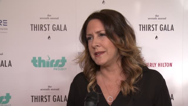 vídeos de stock e filmes b-roll de interview joely fisher on being here on getting involved in the organization at 7th annual thirst gala at the beverly hilton hotel on june 13 2016 in... - joely fisher