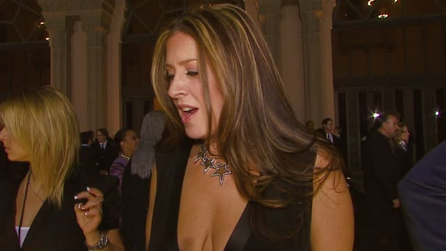 vídeos de stock e filmes b-roll de joely fisher on her jewelry which she designed being nominated growing up in the spotlight working with brad garrett if she wants to win at the 2007... - joely fisher