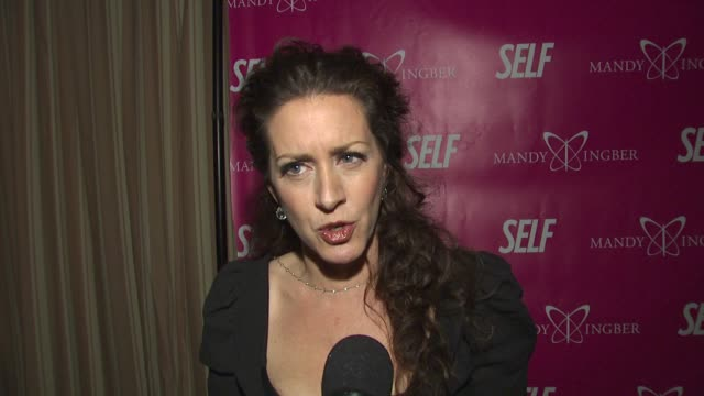 vídeos de stock e filmes b-roll de joely fisher on self and mandy and the event at the self magazine jennifer aniston celebrate mandy ingber's yogalosophy dvd at west hollywood ca - joely fisher