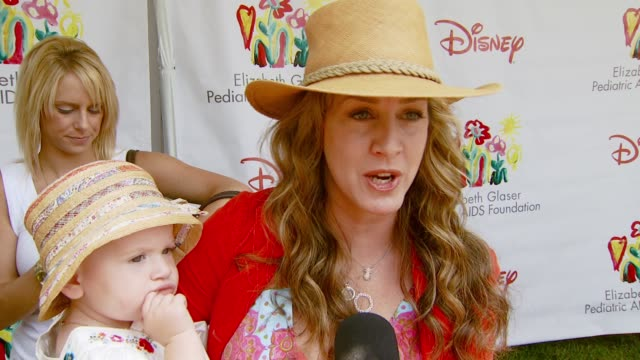 joely fisher on the event at the 'a time for heroes' carnival to benefit the elizabeth glaser pediatric aids foundation at wadsworth theatre in los... - アタイムフォーヒーローズ点の映像素材/bロール