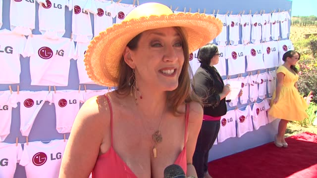 vídeos de stock e filmes b-roll de joely fisher on what bring her out what she would do with the 20minutes the lg washer would save her why its important to make time forfriends and... - joely fisher