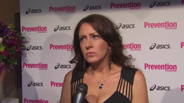 vídeos de stock e filmes b-roll de joely fisher on what makes this event different from the many hollywood events she attends on the importance of attending events that benefit... - joely fisher