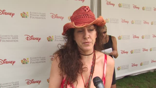vídeos de stock e filmes b-roll de joely fisher on why she attended the event at the 21st annual 'a time for heroes' celebrity picnic benefit at los angeles ca - joely fisher
