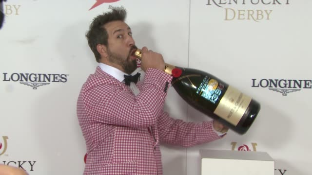 vídeos de stock e filmes b-roll de joey fatone at moet & chandon toasts the 139th kentucky derby at churchill downs on may 04, 2013 in louisville, kentucky - joey fatone