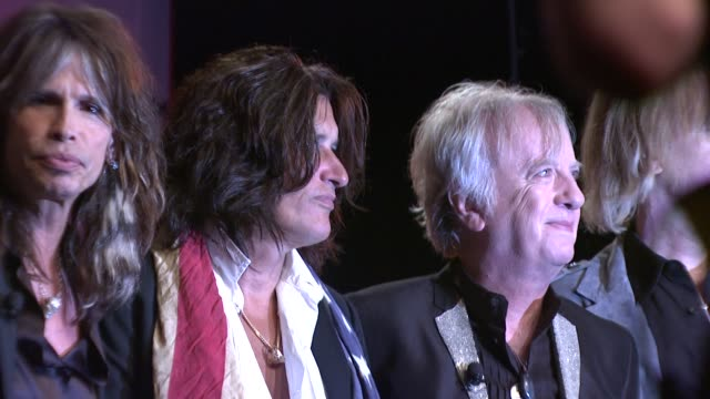 joey kramer, steven tyler, joe perry and brad whitford at the aerosmith launches new guitar hero at new york ny. - エアロスミス点の映像素材/bロール