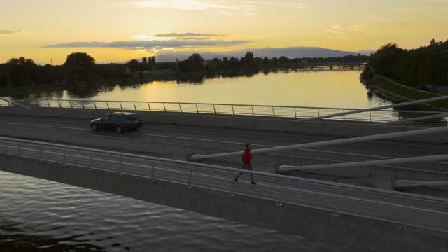Ensemble de vue sur le pont au coucher du soleil