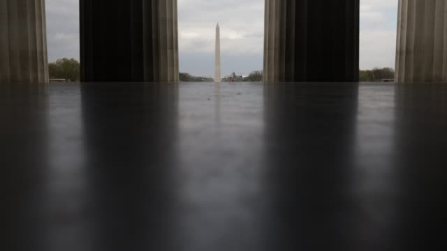vídeos de stock, filmes e b-roll de a jogger runs up the steps of the lincoln memorial april 1 2020 in washington dc the district of columbia has joined other states and territories... - maryland estado
