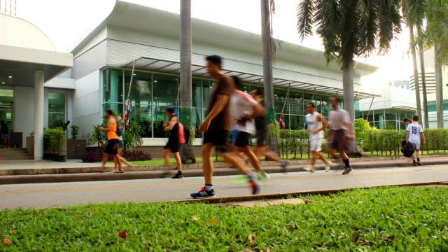 vidéos et rushes de joggeurs bicyclists sur piste cyclable road, à central park - non urban scene