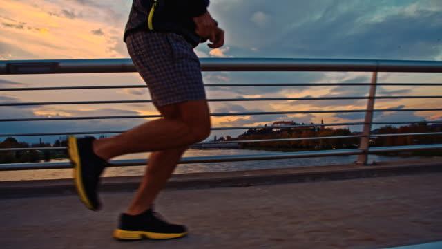 SLO MO Jogging na Ponte na Cidade