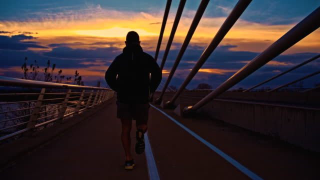 TS Joggen auf der Brücke In die Stadt