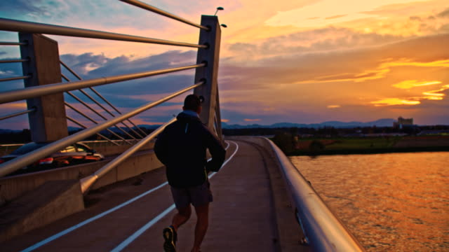 TS Jogging na Ponte ao pôr do sol