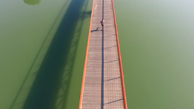Luchtfoto joggen over de brug