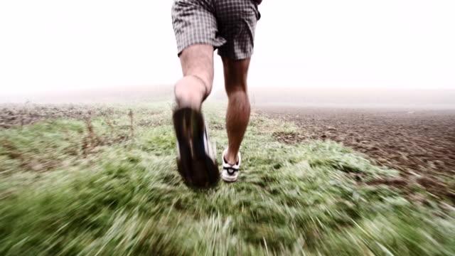 SLO MO ジョギングには、霧のフィールド