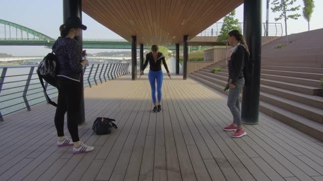 vidéos et rushes de jogging et amitié - chronomètre