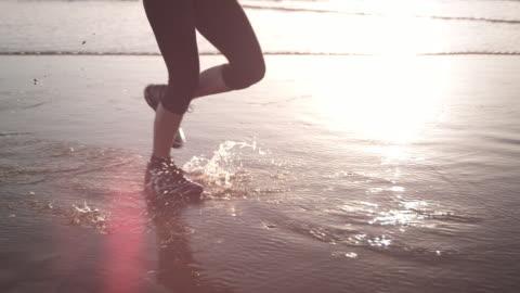 ビーチでのジョギング - 影のみ点の映像素材/bロール