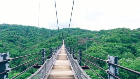 jogging på bron - hängbro bildbanksvideor och videomaterial från bakom kulisserna
