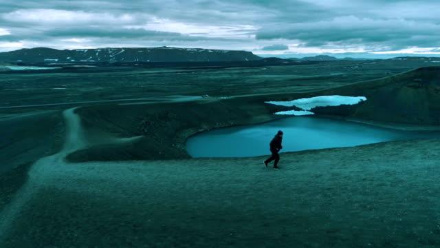 joggen im extremen gelände. crater lake - seeufer stock-videos und b-roll-filmmaterial
