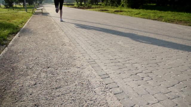 vídeos y material grabado en eventos de stock de jogging in the city. - corredora de footing