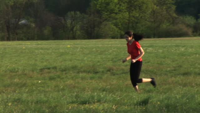 vídeos y material grabado en eventos de stock de hd: trote en la naturaleza - corredora de footing