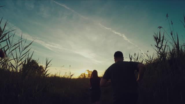 ジョギングで、ワイルドな pov。ランニング日没に - アスレチック点の映像素材/bロール