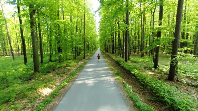 HD HELI: Joggen auf der Straße, durch den Wald