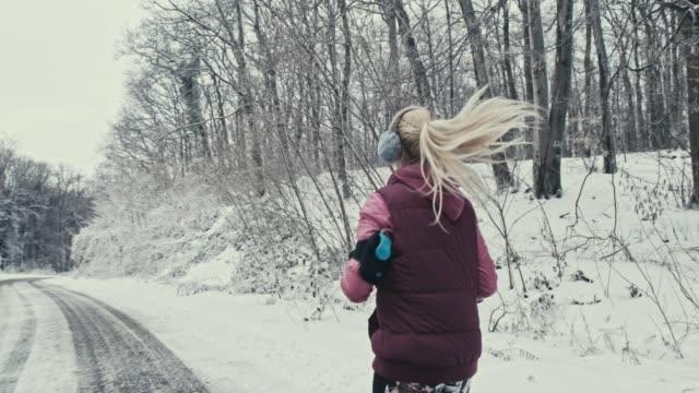 vídeos de stock, filmes e b-roll de movimentando-se sobre uma montanha de neve - protetor de ouvido