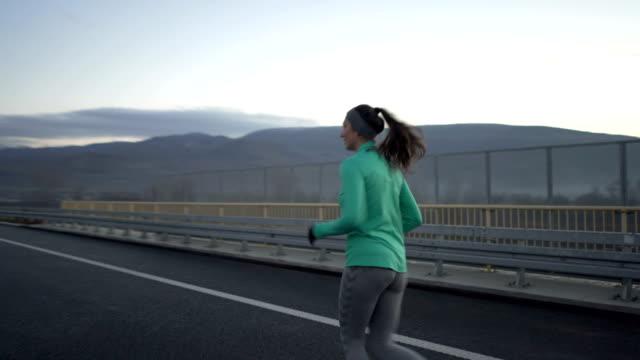 joggen auf der autobahn - sich verschönern stock-videos und b-roll-filmmaterial