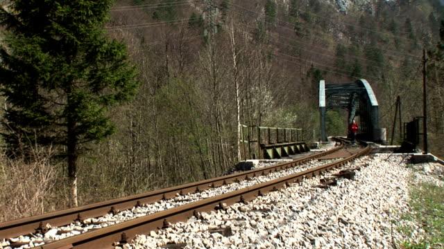 vidéos et rushes de hd : jogging sur la ligne de chemin de fer - seulement des jeunes hommes