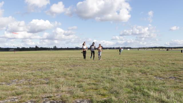 jogging on the temple field in berlin - laufhose stock-videos und b-roll-filmmaterial