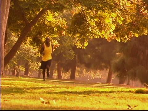 jogging - 若い男性だけ点の映像素材/bロール