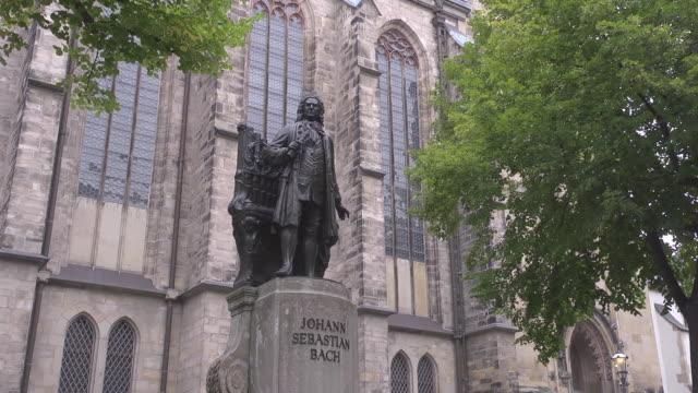 johann sebastian bach statue in front of st. thomas church - johann sebastian bach stock-videos und b-roll-filmmaterial