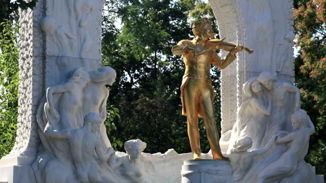 vidéos et rushes de statue de johann strauss, vienne - vienne autriche