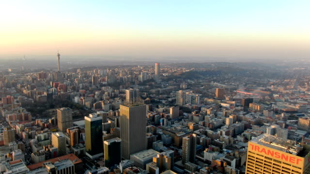 vidéos et rushes de johannesburg city center skyline / downtown aerial view - république d'afrique du sud
