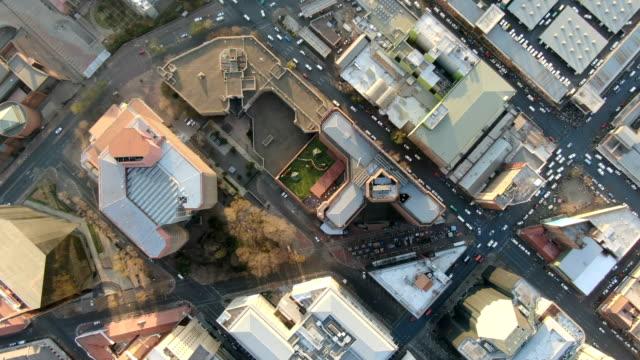 johannesburg city center vertical aerial view - ヨハネスブルグ点の映像素材/bロール
