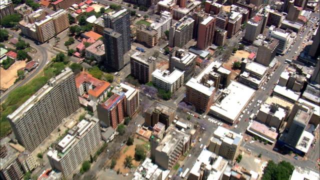 vídeos de stock e filmes b-roll de johannesburg city centre  - aerial view - gauteng,  city of johannesburg metropolitan municipality,  city of johannesburg,  south africa - joanesburgo