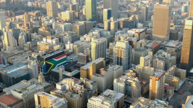 vidéos et rushes de johannesburg downtown aerial view with city center skyline - république d'afrique du sud