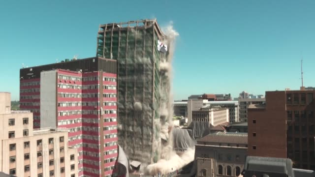 johannesburg's cbd iconic building bank of lisbon building implodes as part of its demolition after it was deemed structurally unfit following a 2018... - demolito video stock e b–roll