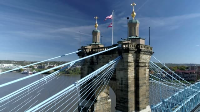 vídeos de stock, filmes e b-roll de john a. roebling suspension bridge in cincinnati ohio - inclinação para cima
