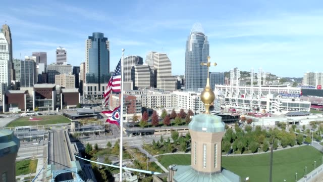 stockvideo's en b-roll-footage met john a. roebling suspension bridge in cincinnati ohio - ohio