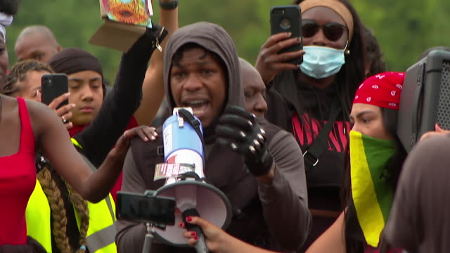 john boyega, actor, making speech in hyde park at protest over the death of george floyd, an african-american who died when a policeman knelt on his... - ひざまずく点の映像素材/bロール