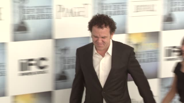 vídeos y material grabado en eventos de stock de john c reilly and guest at the film independent's 2009 spirit awards arrivals part 4 at los angeles ca - 2009