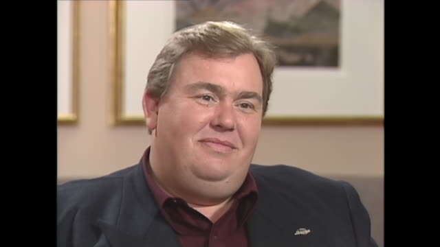 stockvideo's en b-roll-footage met john candy reacts to question about his weight - gewichten