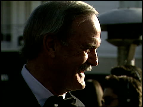 john cleese at the 2000 academy awards vanity fair party at mortons in west hollywood, california on march 26, 2000. - ジョン クリース点の映像素材/bロール