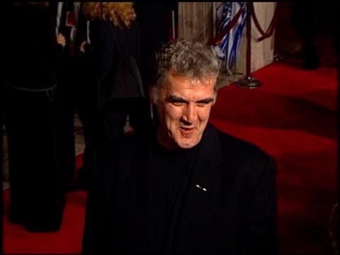 john cleese at the 'deconstructing harry' premiere on december 5, 1997. - ジョン クリース点の映像素材/bロール