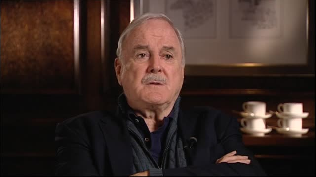 john cleese interviewed in 2014 by host jessica mutch regarding performing the monty python show live to a receptive audience - モンティ・パイソン点の映像素材/bロール