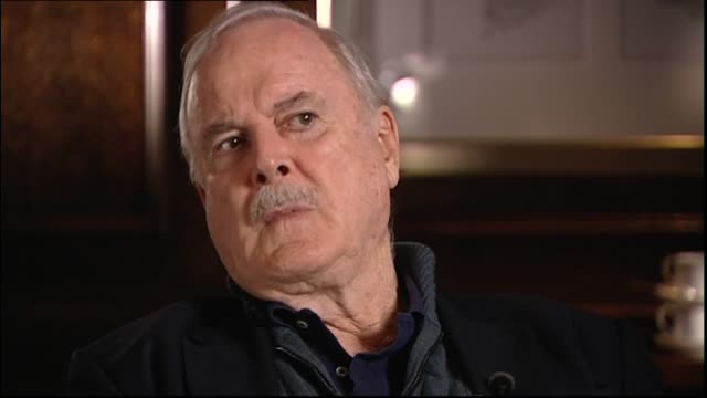 john cleese interviewed in 2014 regarding that he would like to be remembered as a kind person as many people don't think he's funny - ジョン クリース点の映像素材/bロール