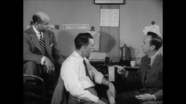 john daly interviews reporters earl brown of life magazine and ed mowery of the new york world-telegram about the teenage drug problem. - 1951 bildbanksvideor och videomaterial från bakom kulisserna