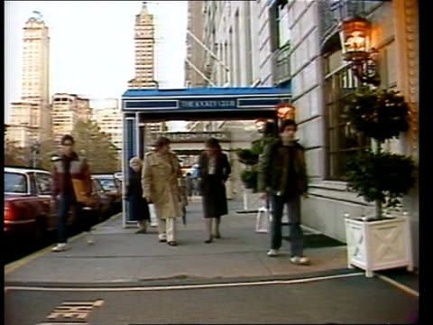 vídeos de stock, filmes e b-roll de usa new york gv new york skyline av exterior the ritz carlton hotel av entrance to ritz carlton hotel ts pierre salinger former kennedy press... - ritz carlton hotel