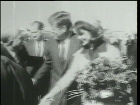 john f kennedy assassinated arrival at dallas airport motorcade immediate aftermath of shooting - attentat auf john f. kennedy stock-videos und b-roll-filmmaterial